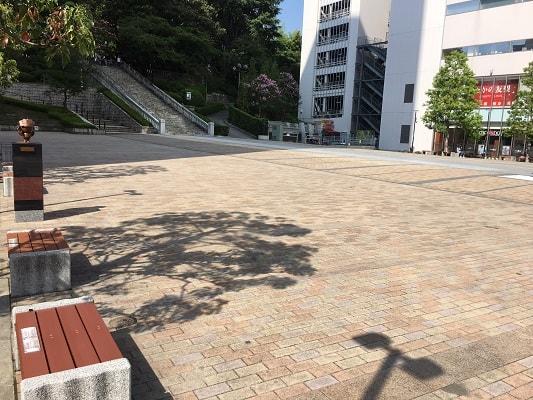 神社の広場の画像