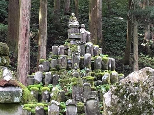 墓石の山の画像